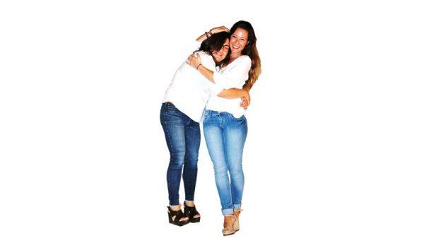Dos personas del equipo humanas abrazándose