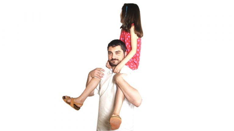 Un padre conciliando cuidando de su hija