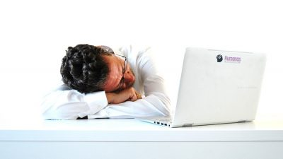 persona cansada delante del ordenador debido al estrés