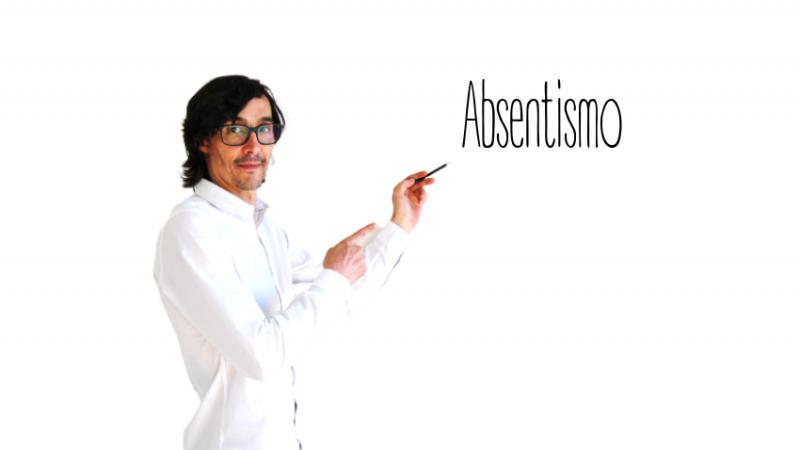 Miembro del equipo Humanas escribiendo la palabra absentismo en la pizarra