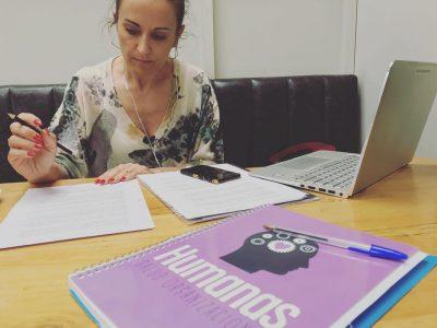 Monica Seara realizando una entrevista para la radio
